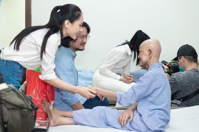 Hoa hậu Đỗ Thị Hà và 2 Á hậu giản dị trong chuyến từ thiện đầu tiên - Ảnh 5.