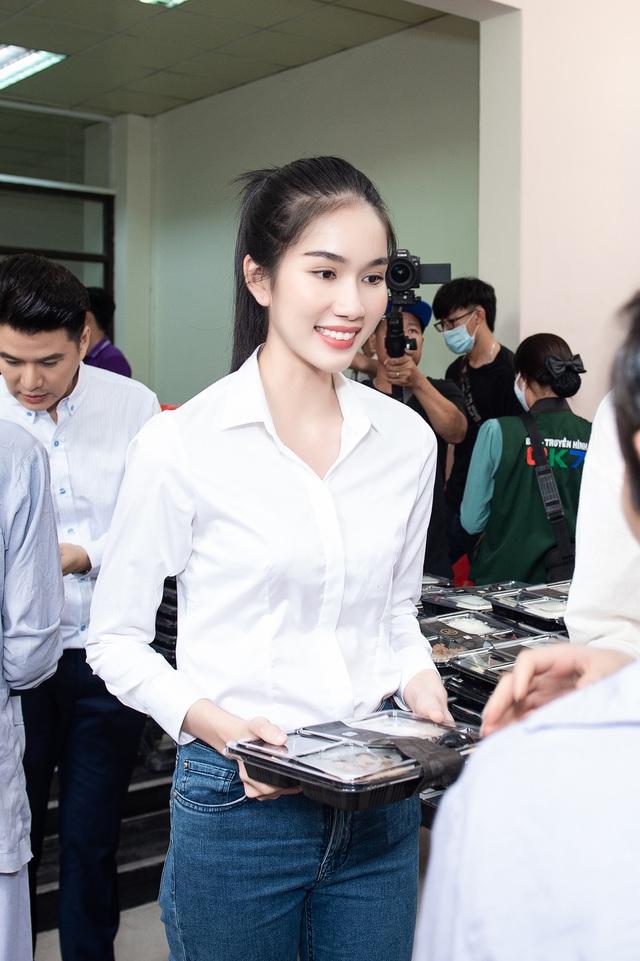 Hoa hậu Đỗ Thị Hà và 2 Á hậu giản dị trong chuyến từ thiện đầu tiên - Ảnh 4.