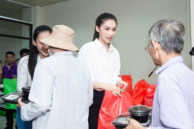 Hoa hậu Đỗ Thị Hà và 2 Á hậu giản dị trong chuyến từ thiện đầu tiên - Ảnh 3.