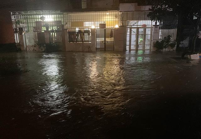 Mưa lớn gây lũ lụt, học sinh Khánh Hòa, Ninh Thuận phải nghỉ học - Ảnh 1.