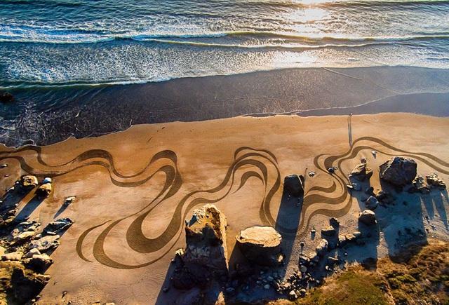 Choáng ngợp trước tác phẩm nghệ thuật khổng lồ 35000m2 trên cát - Ảnh 1.