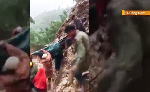 Băng rừng, lội suối đưa thai phụ tại khu vực sạt lở đi cấp cứu - Ảnh 1.