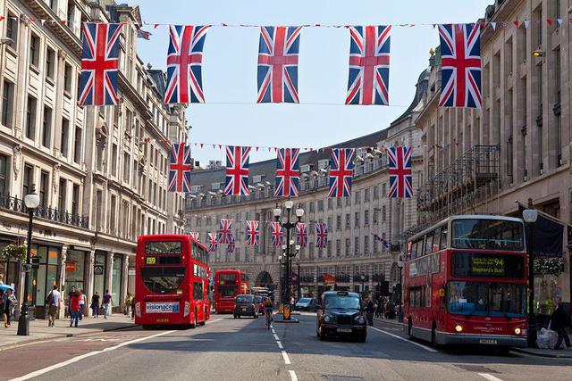 Tái phong tỏa vì COVID-19, kinh tế Anh đứng trước nguy cơ suy thoái kép - Ảnh 1.