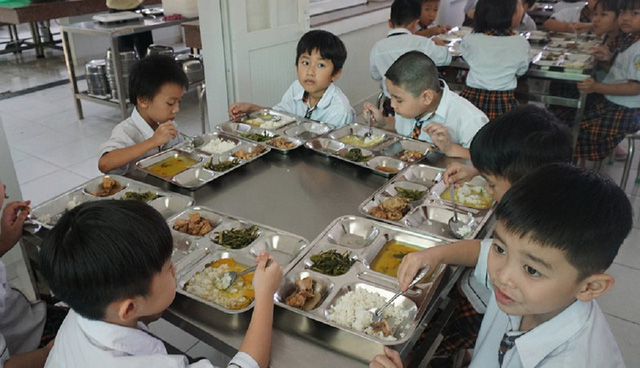 Giám sát bữa ăn bán trú và các hoạt động của Trường Tiểu học Trần Thị Bưởi - Ảnh 1.