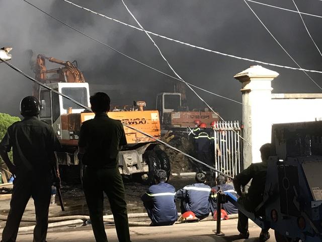 Cháy lớn tại công ty bao bì khiến cả khu phố mất điện - Ảnh 3.