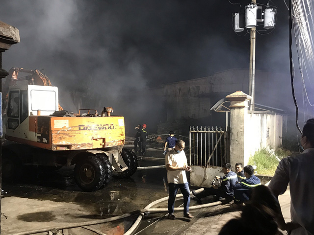 Cháy lớn tại công ty bao bì khiến cả khu phố mất điện - Ảnh 2.
