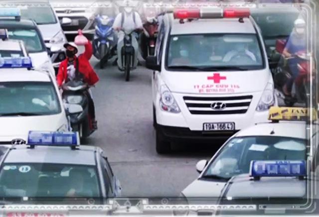 Taxi bủa vây cổng bệnh viện, nhờn luật? - Ảnh 1.