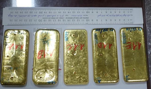 Khởi tố, tạm giam 4 đối tượng vận chuyển 51 kg vàng - Ảnh 1.