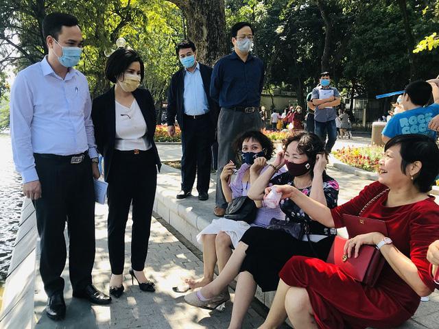 Quận Hoàn Kiếm xử phạt hơn 500 trường hợp không đeo khẩu trang nơi công cộng - Ảnh 1.