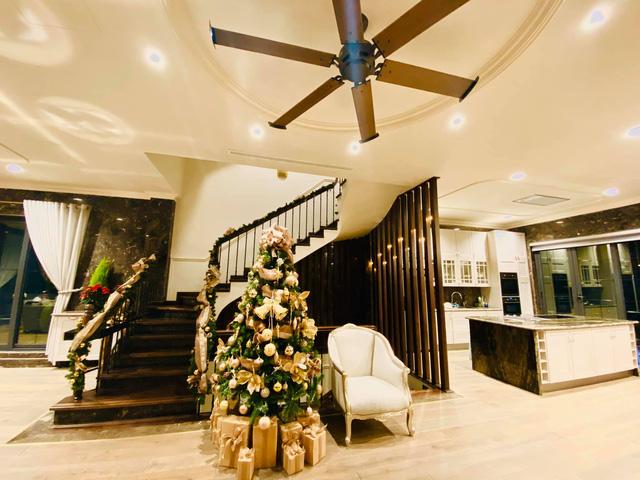Biệt thự sang chảnh của Lã Thanh Huyền trang hoàng Giáng sinh sớm - Ảnh 2.