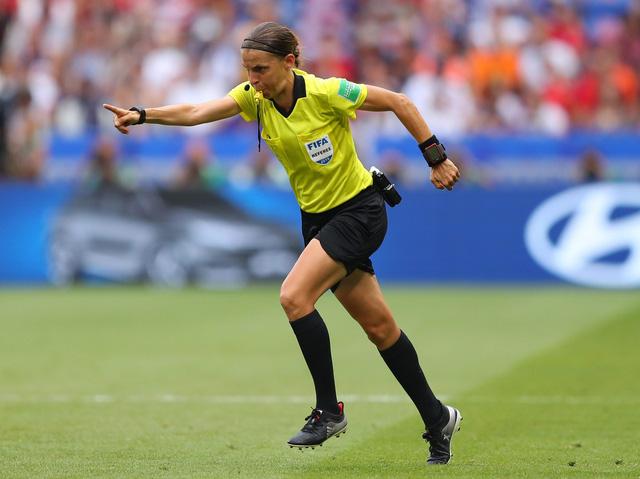 Trọng tài nữ đầu tiên điều khiển 1 trận đấu tại Champions League - Ảnh 1.