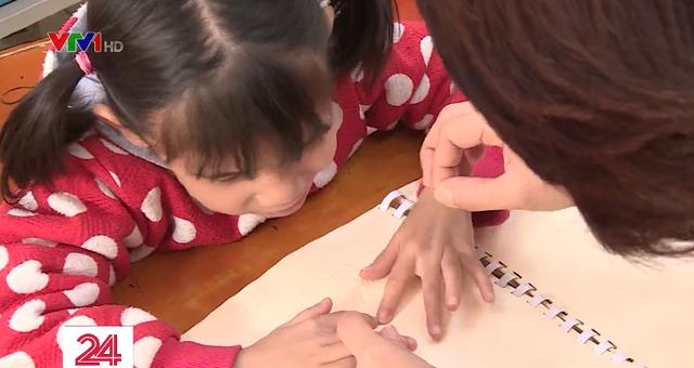 Khó khăn sách giáo khoa chương trình mới cho học sinh khiếm thị - Ảnh 1.