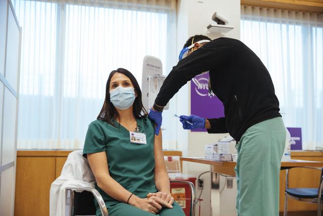 Tiêm vaccine COVID-19 quy mô lớn tại Mỹ: Phản ứng cho thấy vaccine có độ an toàn cao - Ảnh 1.