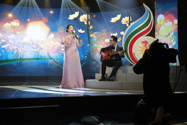 Thụy Vân hát, Sơn Lâm đàn trên sóng truyền hình trực tiếp - Ảnh 2.