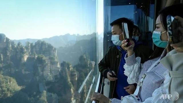 """""""Nghẹt thở"""" với thang máy cao nhất thế giới bên vách đá 300m - Ảnh 2."""