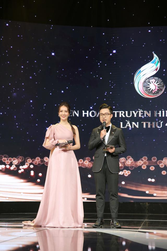 Thụy Vân hát, Sơn Lâm đàn trên sóng truyền hình trực tiếp - Ảnh 3.
