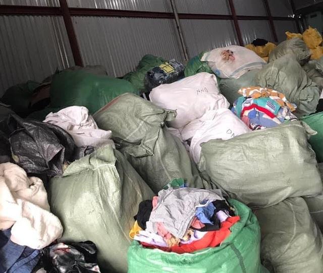 Nhập lậu 30 tấn quần áo sida về làm mới rồi bán trên Facebook - Ảnh 1.