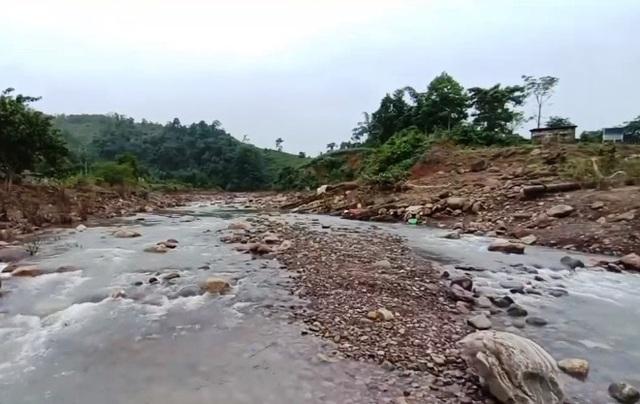 Thiếu nước sạch trầm trọng sau mưa lũ ở miền Trung - Ảnh 1.