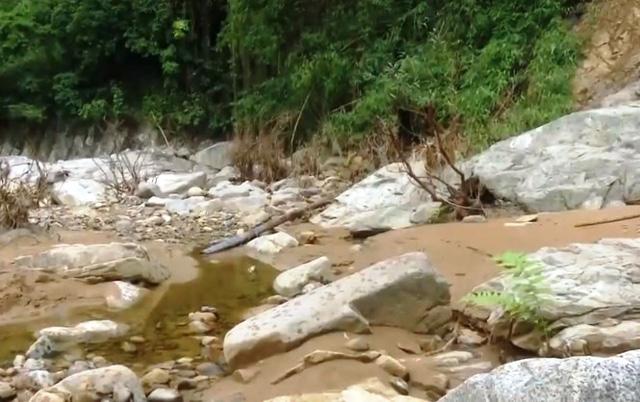Thiếu nước sạch trầm trọng sau mưa lũ ở miền Trung - Ảnh 6.