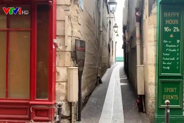 Nhiều khu phố ở Pháp ngủ đông trong mùa Giáng sinh - Ảnh 1.