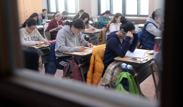 Hàng nghìn sĩ tử Hàn Quốc bước vào kỳ thi đại học căng thẳng - Ảnh 1.