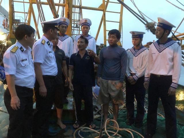 Cứu 7 ngư dân gặp nạn trên biển Vũng Tàu - Ảnh 1.