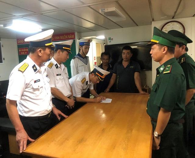 Cứu 7 ngư dân gặp nạn trên biển Vũng Tàu - Ảnh 2.