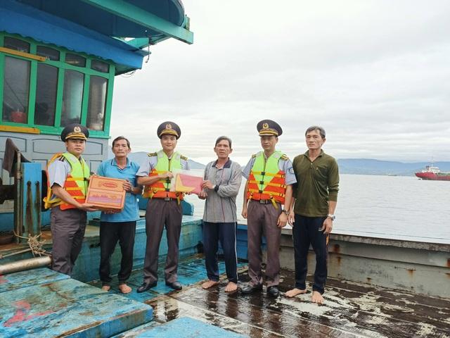 Cứu nạn tàu cá và 3 ngư dân gặp nạn trên biển - Ảnh 1.