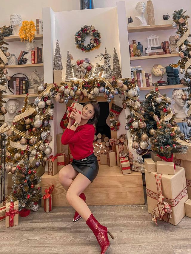 Lã Thanh Huyền mời bạn đến biệt thự, gia đình Hồng Đăng chụp với cây thông khổng lồ dịp Giáng sinh - Ảnh 26.