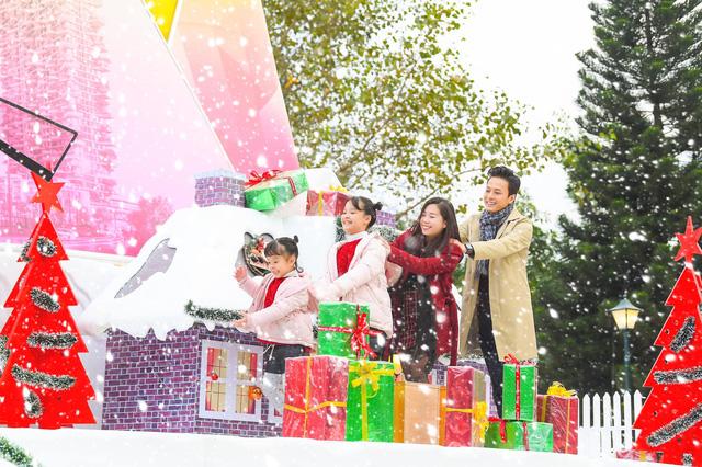 Lã Thanh Huyền mời bạn đến biệt thự, gia đình Hồng Đăng chụp với cây thông khổng lồ dịp Giáng sinh - Ảnh 3.
