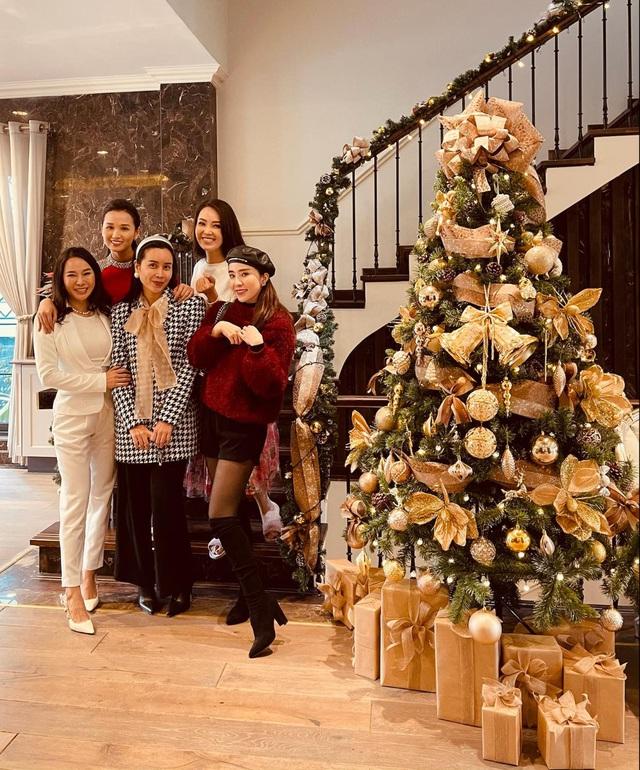 Lã Thanh Huyền mời bạn đến biệt thự, gia đình Hồng Đăng chụp với cây thông khổng lồ dịp Giáng sinh - Ảnh 8.