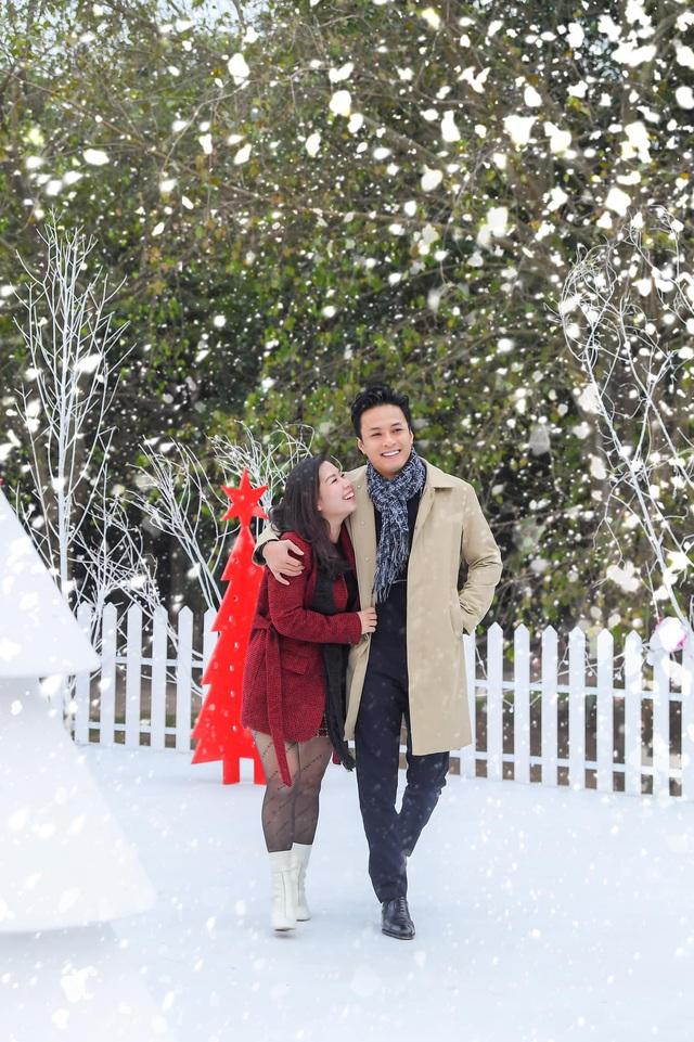 Lã Thanh Huyền mời bạn đến biệt thự, gia đình Hồng Đăng chụp với cây thông khổng lồ dịp Giáng sinh - Ảnh 4.
