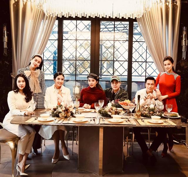 Lã Thanh Huyền mời bạn đến biệt thự, gia đình Hồng Đăng chụp với cây thông khổng lồ dịp Giáng sinh - Ảnh 7.