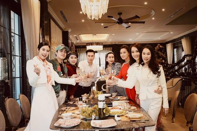 Lã Thanh Huyền mời bạn đến biệt thự, gia đình Hồng Đăng chụp với cây thông khổng lồ dịp Giáng sinh - Ảnh 6.