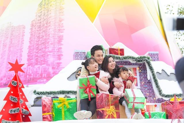 Lã Thanh Huyền mời bạn đến biệt thự, gia đình Hồng Đăng chụp với cây thông khổng lồ dịp Giáng sinh - Ảnh 1.