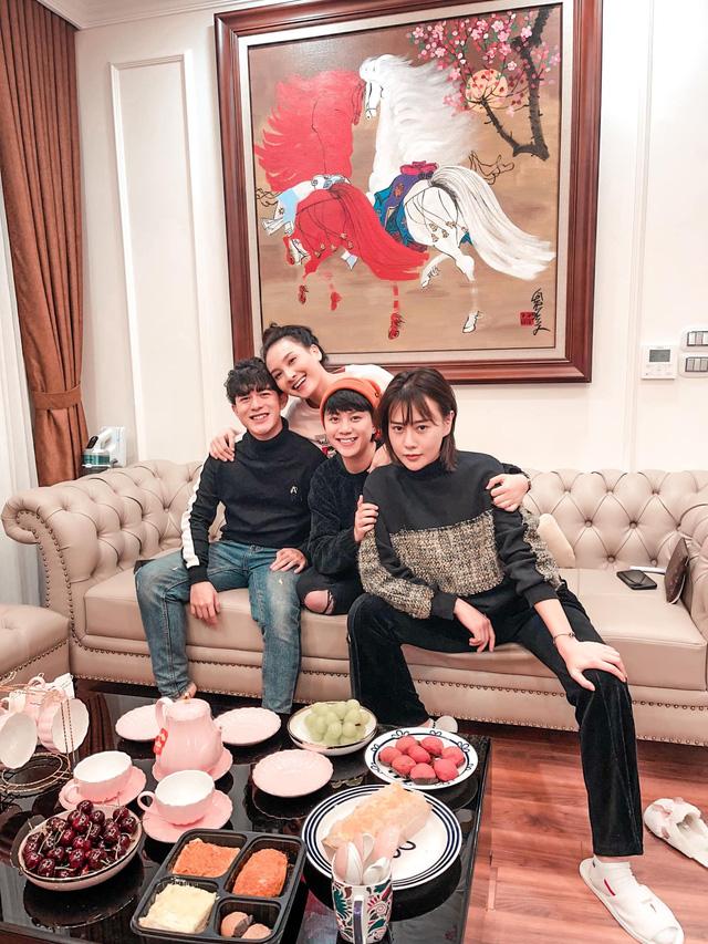 Lã Thanh Huyền mời bạn đến biệt thự, gia đình Hồng Đăng chụp với cây thông khổng lồ dịp Giáng sinh - Ảnh 20.