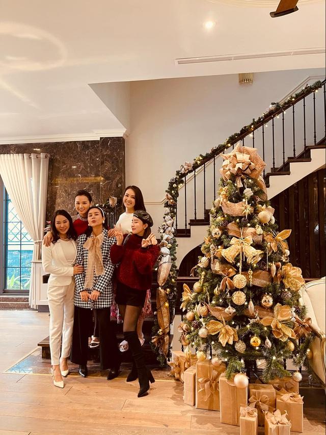 Lã Thanh Huyền mời bạn đến biệt thự, gia đình Hồng Đăng chụp với cây thông khổng lồ dịp Giáng sinh - Ảnh 10.