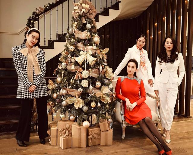 Lã Thanh Huyền mời bạn đến biệt thự, gia đình Hồng Đăng chụp với cây thông khổng lồ dịp Giáng sinh - Ảnh 9.
