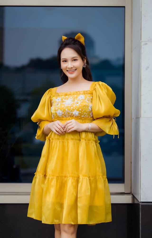 Chuộng mốt này, bà bầu Bảo Thanh và mẹ bỉm sữa Nhã Phương xinh đẹp bội phần - Ảnh 3.
