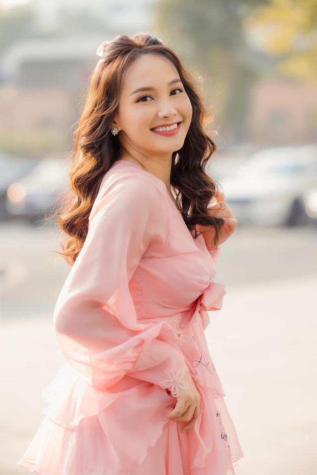 Chuộng mốt này, bà bầu Bảo Thanh và mẹ bỉm sữa Nhã Phương xinh đẹp bội phần - Ảnh 8.