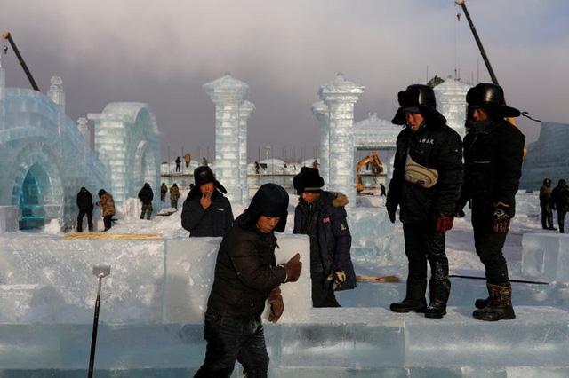 Độc đáo, khai thác hàng nghìn khối băng để xây lâu đài và chùa ở Trung Quốc - ảnh 1