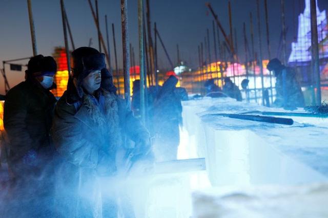 Độc đáo, khai thác hàng nghìn khối băng để xây lâu đài và chùa ở Trung Quốc - ảnh 6
