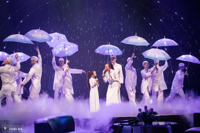 Con gái Đoan Trang tự tin xuất hiện cùng mẹ trên sóng truyền hình trực tiếp - Ảnh 4.