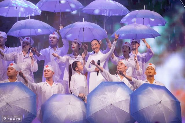 Con gái Đoan Trang tự tin xuất hiện cùng mẹ trên sóng truyền hình trực tiếp - Ảnh 5.