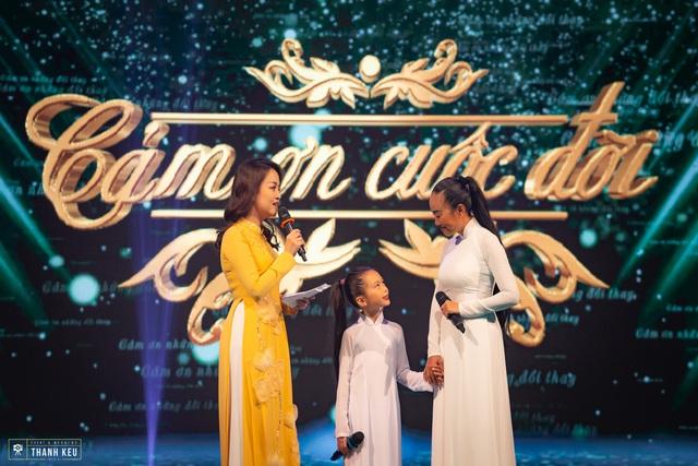 Con gái Đoan Trang tự tin xuất hiện cùng mẹ trên sóng truyền hình trực tiếp - Ảnh 6.