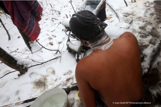 Hàng nghìn người di cư không điện, không nước, không chỗ ngủ trong giá rét ở Bosnia - Ảnh 1.