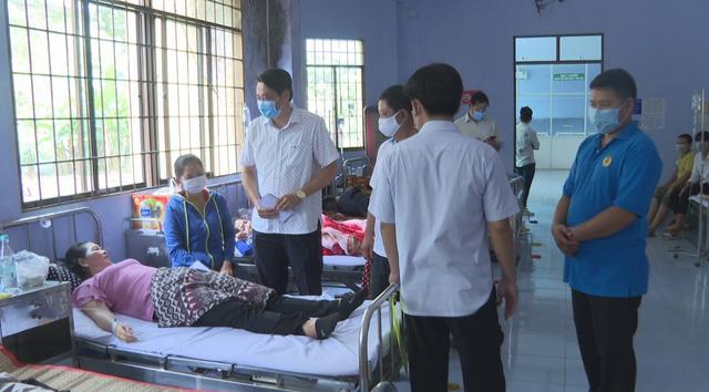60 công nhân ở Trà Vinh nhập viện sau bữa trưa - Ảnh 1.