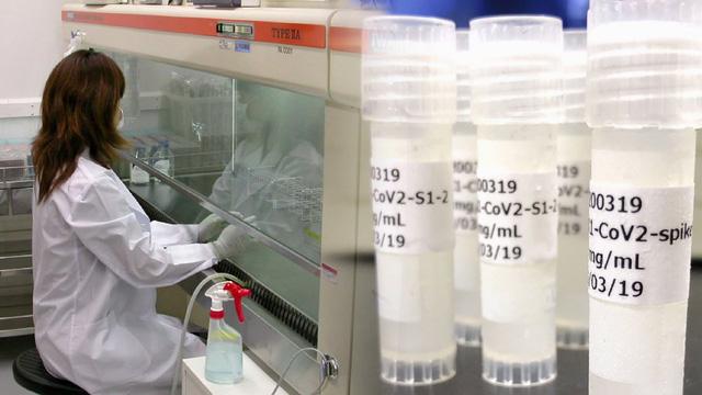 Nhật Bản sẽ đền bù nếu người dân tiêm vaccine COVID-19 gặp biến chứng - Ảnh 2.