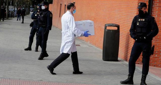 Tây Ban Nha lập danh sách người từ chối tiêm vaccine COVID-19 - Ảnh 1.