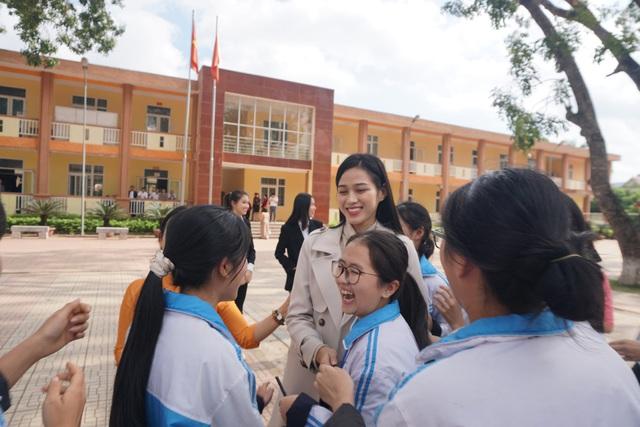 Hoa hậu Đỗ Thị Hà giản dị đi từ thiện tại quê hương Thanh Hóa - Ảnh 1.